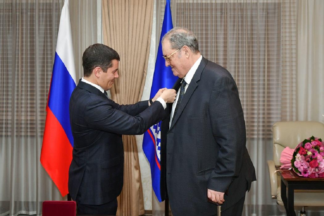 Дмитрий Артюхов вручил первую памятную медаль 90 лет ЯНАО