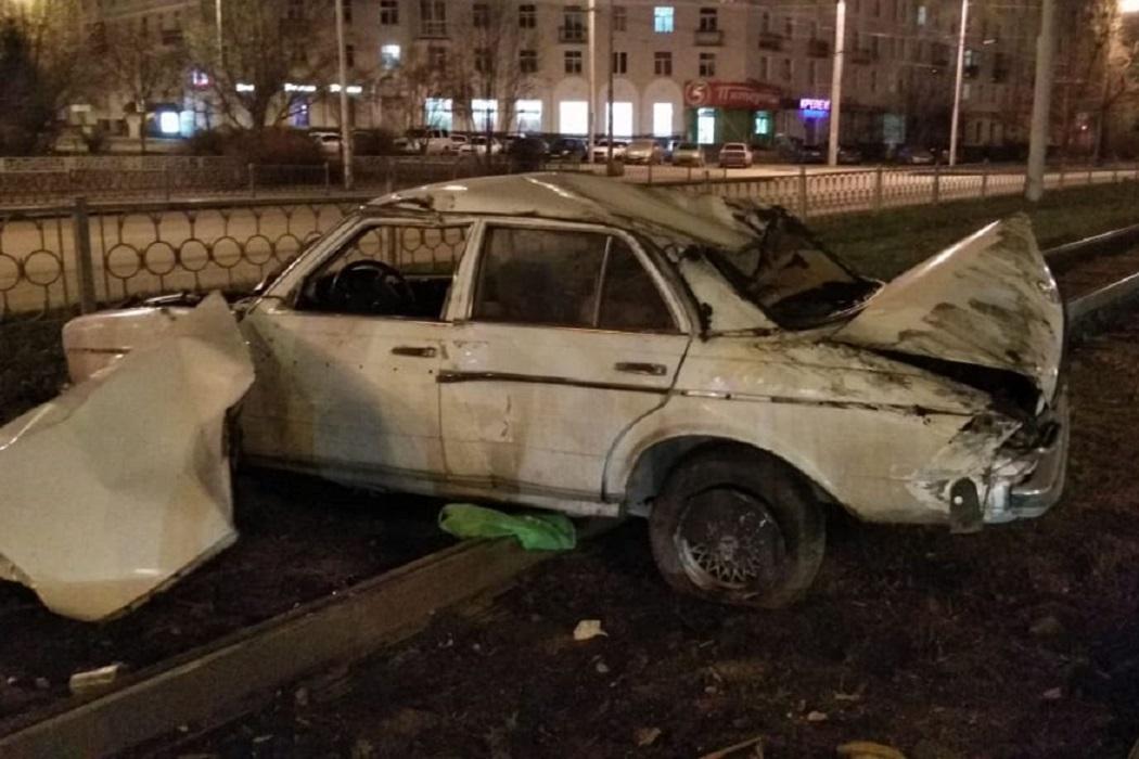 В Екатеринбурге Mercedes врезался в светофор и застрял на рельсах