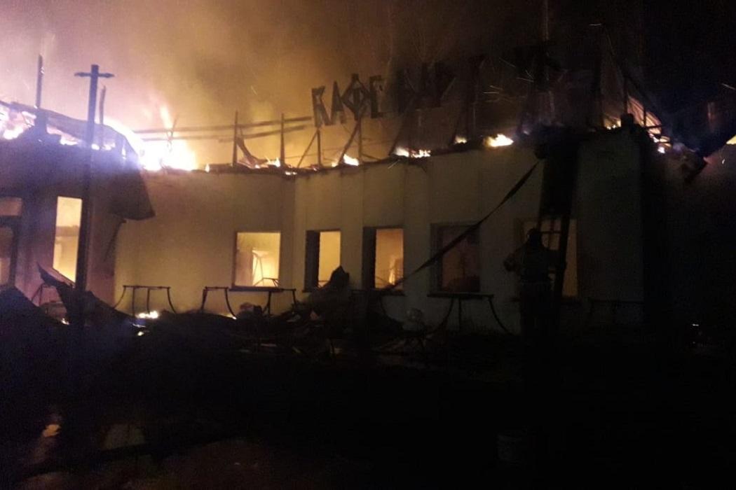 На трассе Екатеринбург-Серов 7 часов тушили придорожное кафе