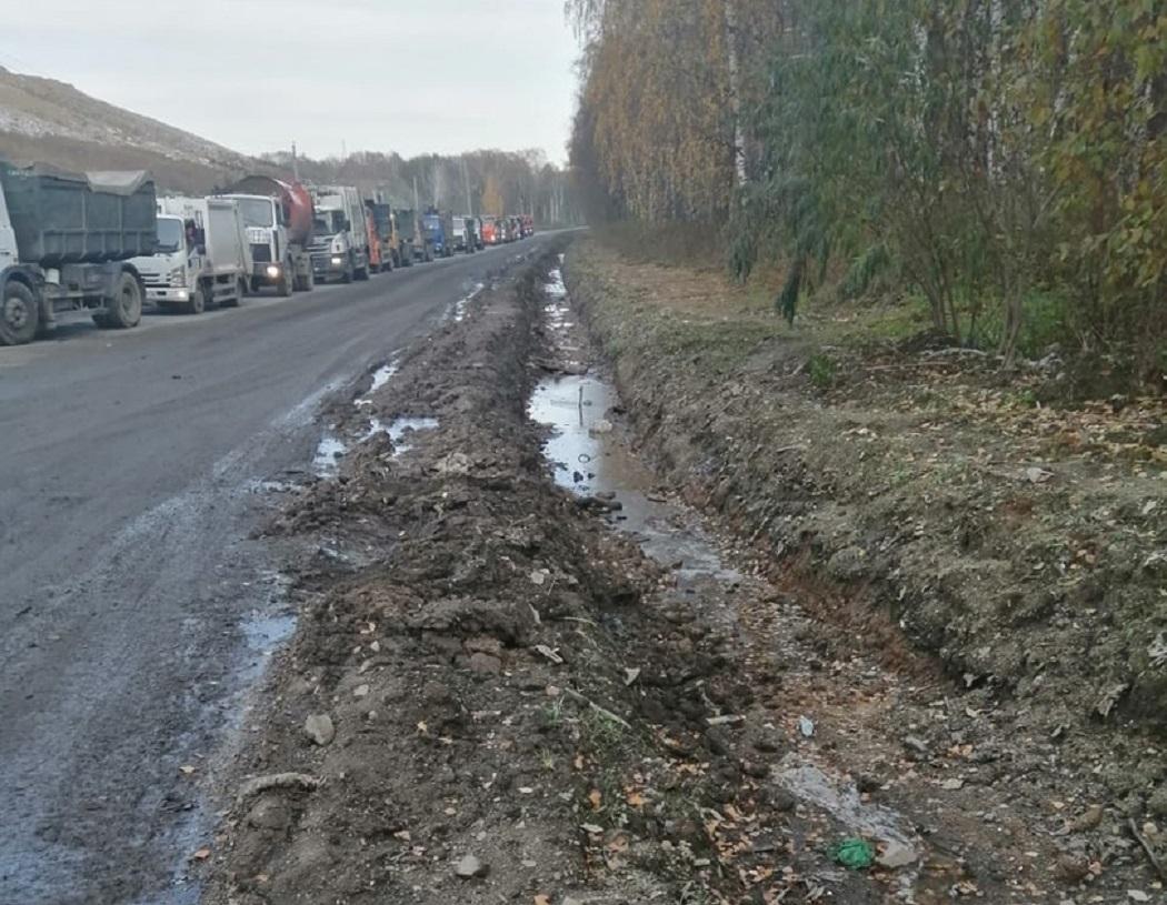 В Екатеринбурге мусоровозы блокируют дорогу у полигона «Северный»