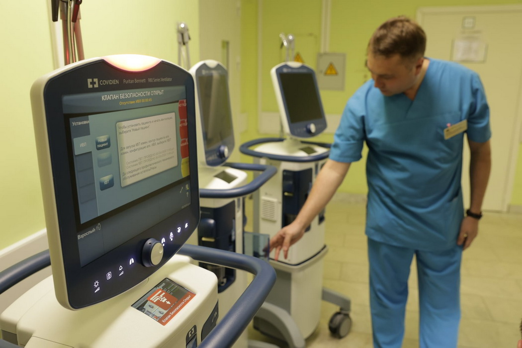 В екатеринбургскую больницу № 40 передали 6 новых аппаратов ИВЛ