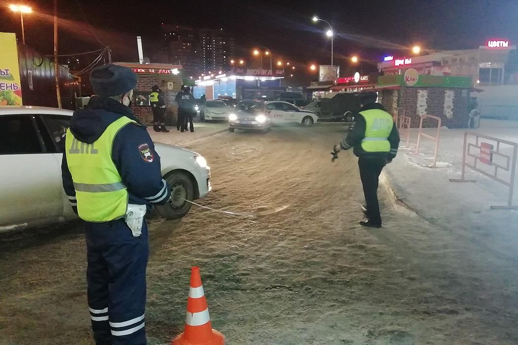 В Екатеринбурге водитель Mazda сбил отца с ребёнком на руках и скрылся