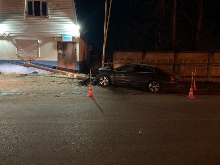 Под Тюменью автомобиль врезался в газопровод. Водитель в больнице