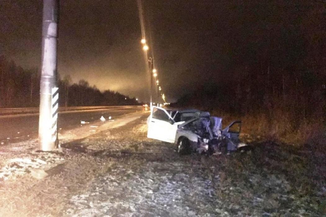 Под Тобольском погиб водитель, влетевший на машине в опору освещения