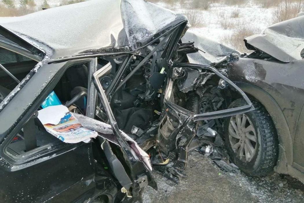 При столкновении двух автомобилей в Тюменской области погибла 13-летняя девочка