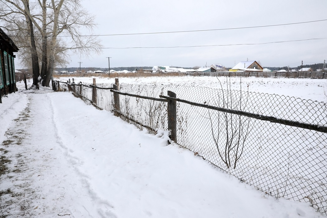 Снег + деревня + колючая проволока