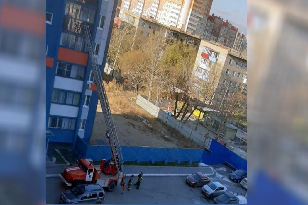 В Челябинске пожарные спасли закрытого в квартире ребёнка