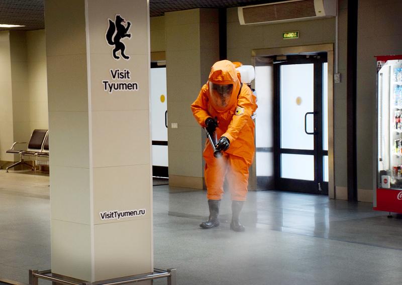 В Тюмени сотрудники МЧС вновь провели дезинфекцию аэропорта Рощино 1