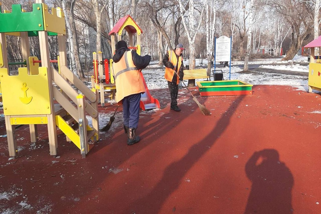 В Кургане после жалоб горожан почистили детскую площадку в парке Победы