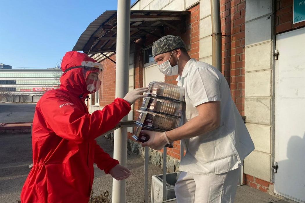 Свердловским врачам из COVID-госпиталей подарили более 300 тортов