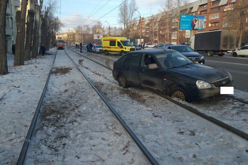 В Екатеринбурге водитель сбил отца с сыном на трамвайных путях