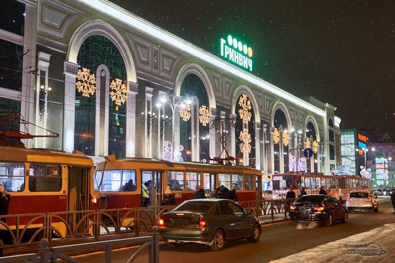 Екатеринбург ТЦ Гринвич Новый Год иллюминация люди трамвай