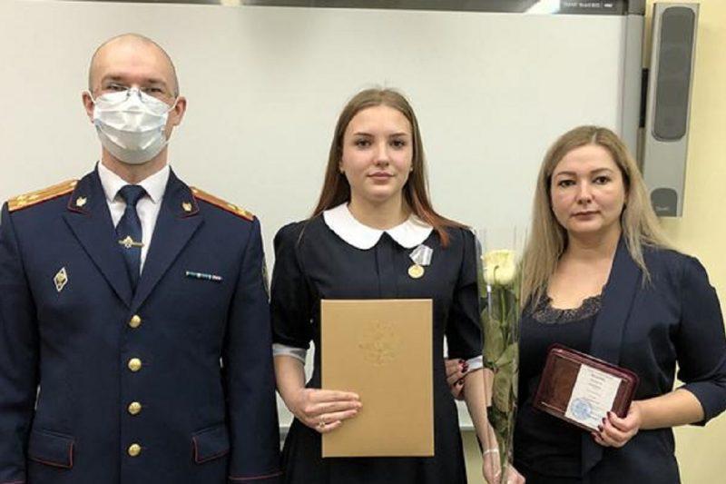 Школьницу из Ноябрьска наградили за помощь в поимке растлителя малолетних