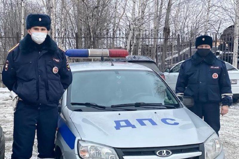 На Урале полицейские помогли замерзавшему на трассе водителю большегруза