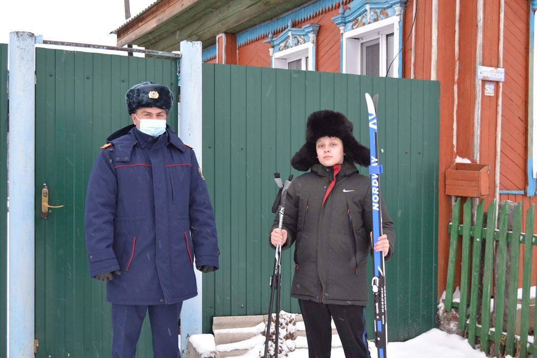 Мальчик на лыжах + лыжи