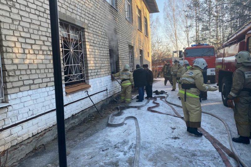 Под Сысертью из горящей поликлиники эвакуированы 32 человека