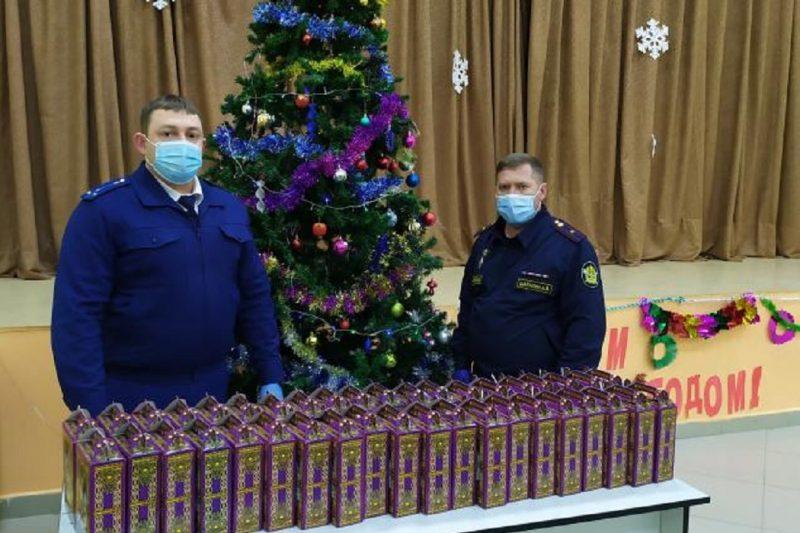 Прокуроры вручили малолетним осуждённым новогодние подарки
