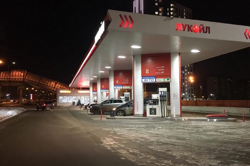 В Екатеринбурге водитель Toyota RAV4 сбил человека на заправке и скрылся