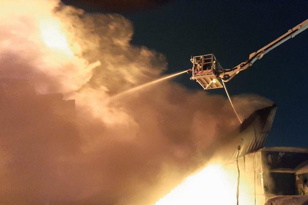 В Екатеринбурге горел ангар с горючими материалами