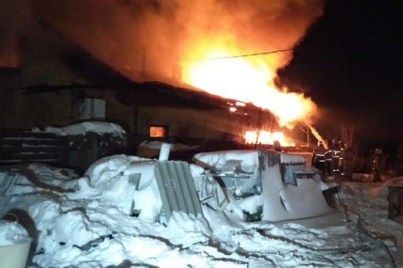 В Екатеринбурге сгорел коттедж с гаражом на Проезжей