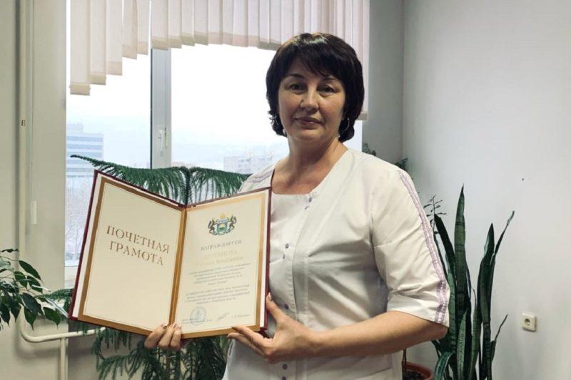 Медицинской сестре ОКБ №2 вручили награду за работу в пандемию