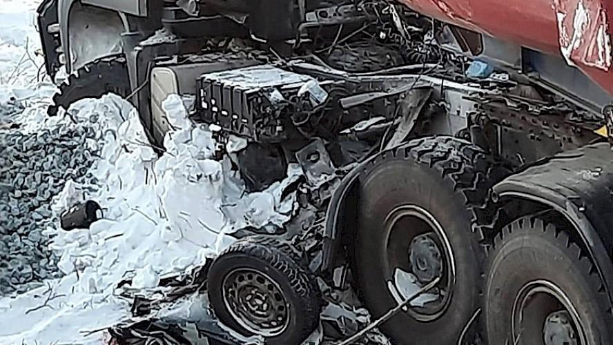 На ямальской трассе водитель иномарки погиб в ДТП с большегрузом