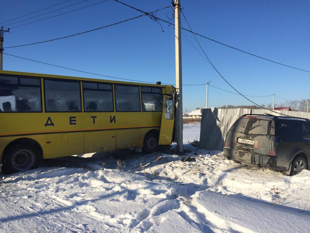 Под Тюменью школьный автобус угодил в столб, столкнувшись с Cadillac 2