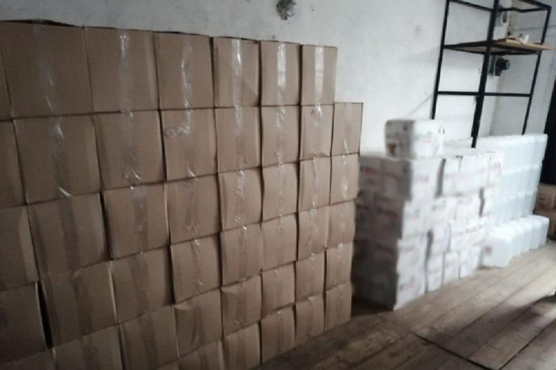 Полицейские изъяли у тюменца более 3 тысяч бутылок паленого алкоголя