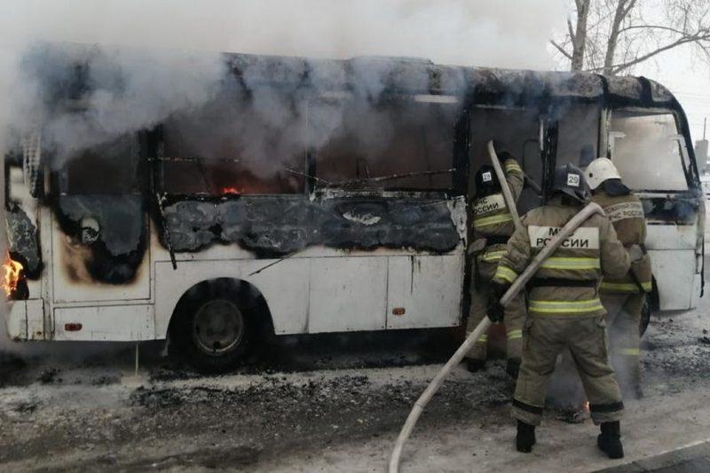 В Каменске-Уральском пассажирский автобус загорелся во время движения