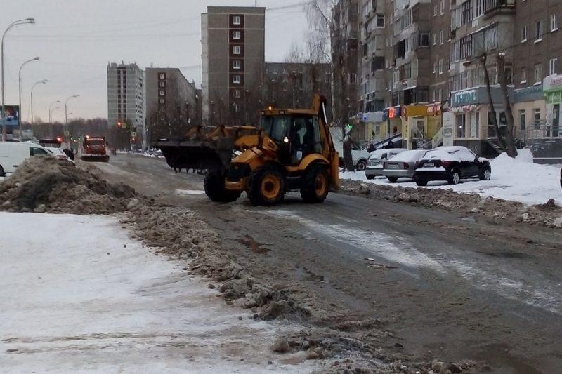 Прорыв трубы на улице Екатеринбурга устранят только к утру
