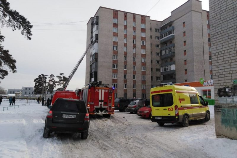В Екатеринбурге из пожара спасатели эвакуировали 20 взрослых и 5 детей