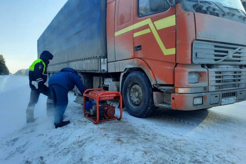 В морозы автоинспекторы Тюменской области помогли 11 водителям