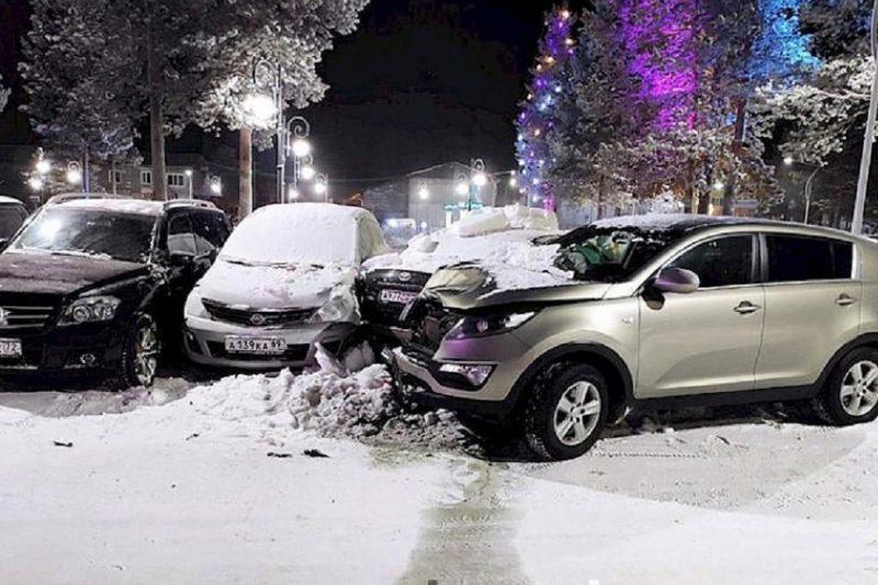В Муравленко пьяный лихач снес несколько машин на парковке