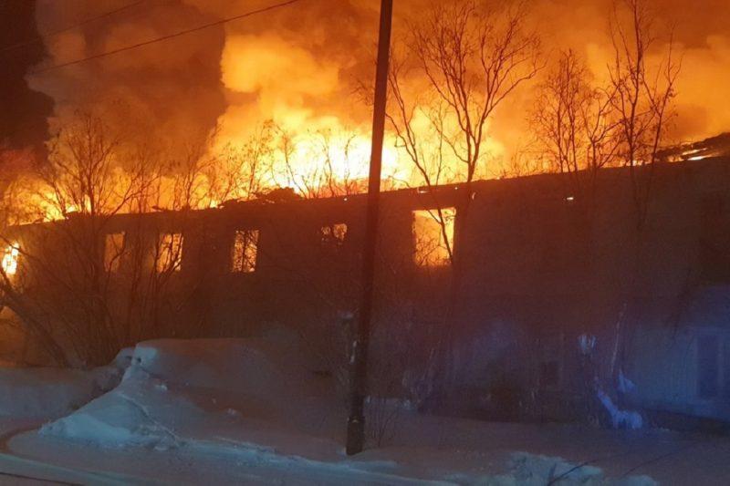В Пуровском районе спасатели эвакуировали 4-х человек из горящего дома