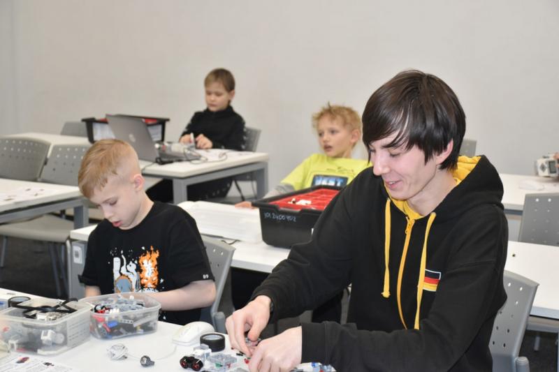 Ямальские школьники на каникулах обучаются робототехнике в Иннополисе