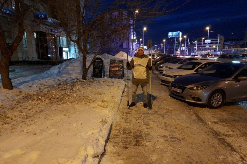 В Екатеринбурге активисты показали чиновникам, как убирать лёд