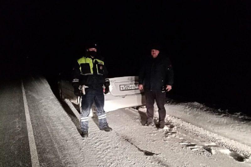 Автоинспекторы Ноябрьска помогли замерзающим ночью на трассе горожанам