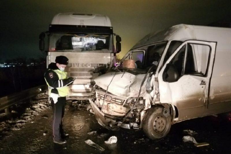 На Челябинском тракте фургон лоб в лоб столкнулся с фурой