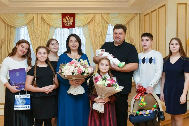 Дмитрий Артюхов поздравил ямальскую семью с рождением седьмого ребенка 1