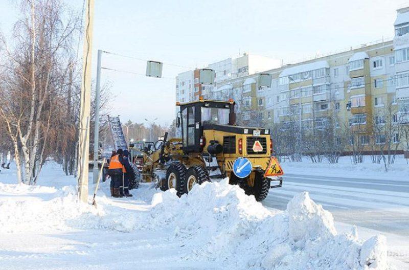 Дорожники Ноябрьска борются с последствиями сильного снегопада