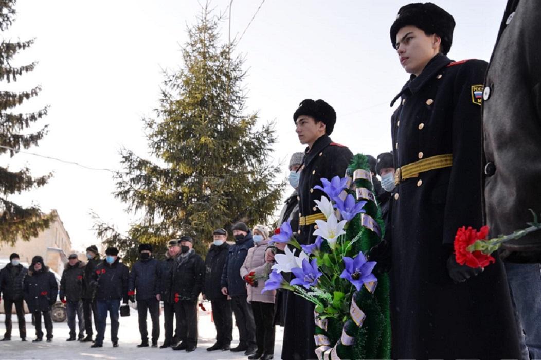 В Кургане открыли мемориал офицеру, погибшему на Северном Кавказе