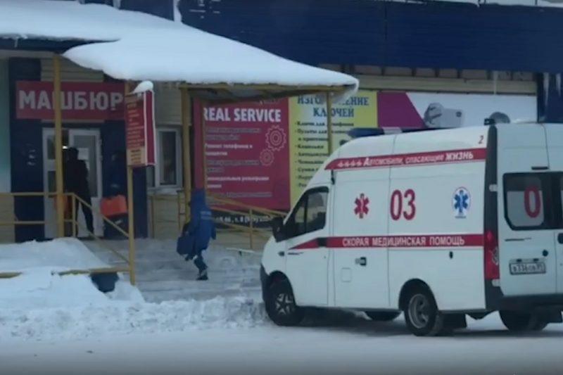 Медики скорой спасают ноябрьца, которому стало плохо в магазине