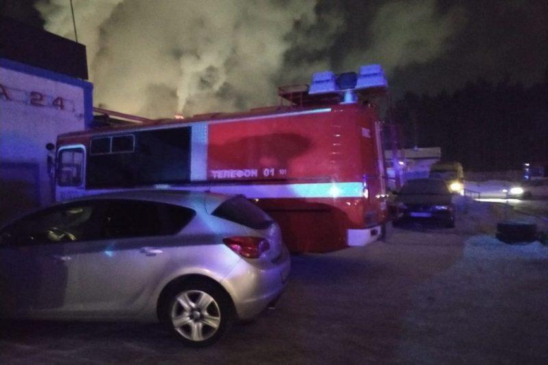 В Екатеринбурге загорелся склад бумажной продукции на Амундсена