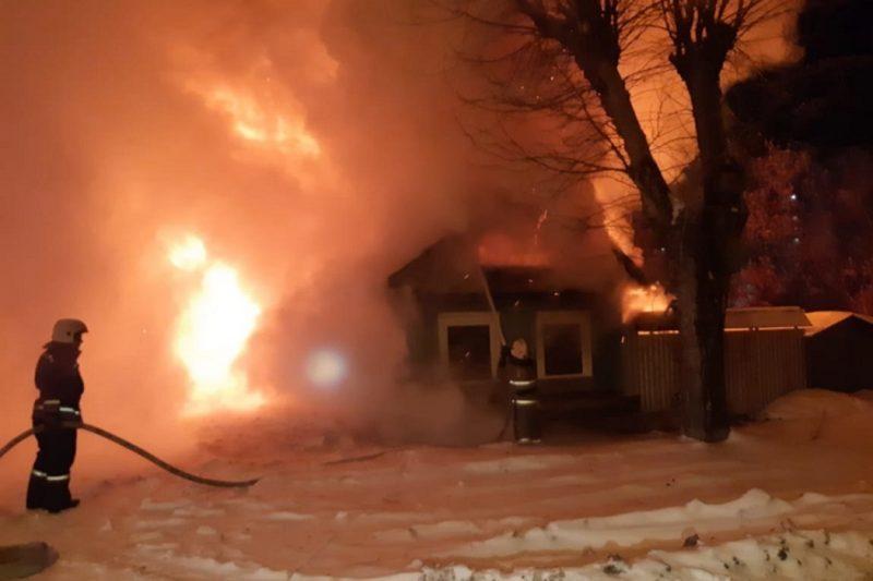 В Екатеринбурге сгорел жилой дом на ВИЗе