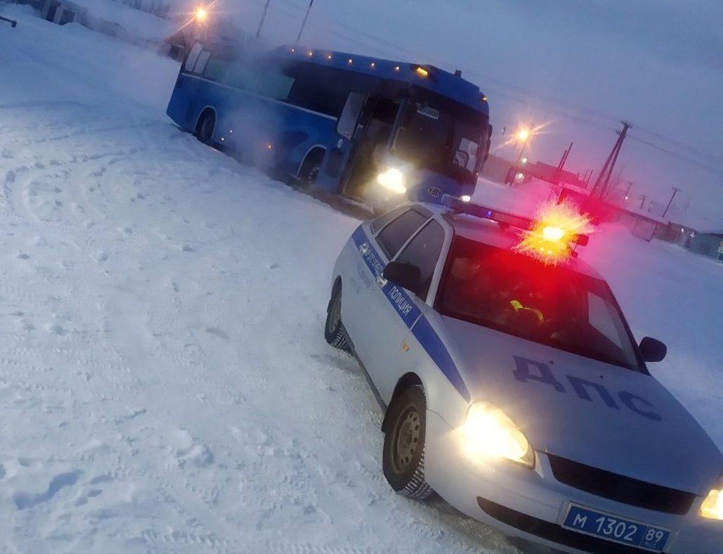 Полицейские из Нового Уренгоя помогли замерзающим на трассе вахтовикам