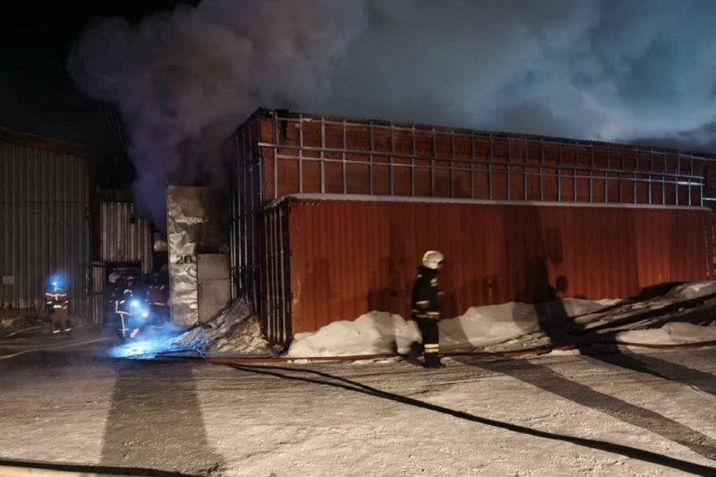 В Екатеринбурге при пожаре в автосервисе на Шефской пострадал человек