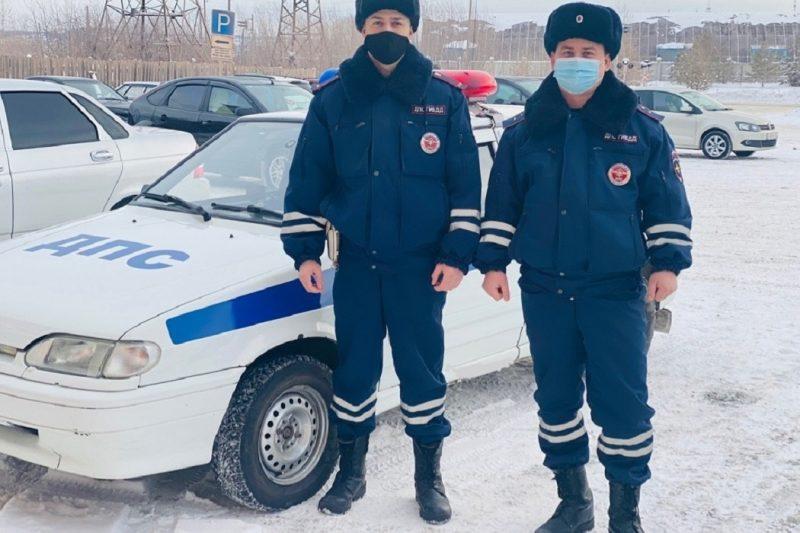 Сотрудники ГИБДД не дали замёрзнуть семье, выбежавшей из горящего дома