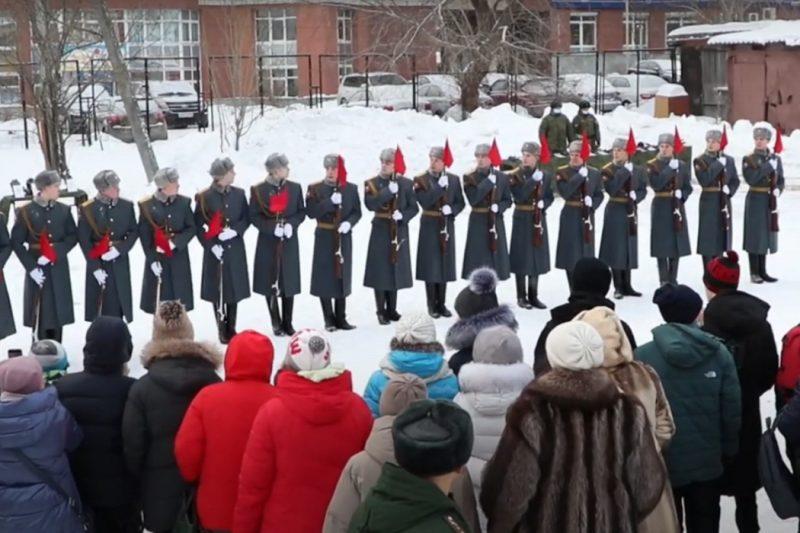 Военнослужащие ЦВО устроили парад в коррекционной школе Екатеринбурга