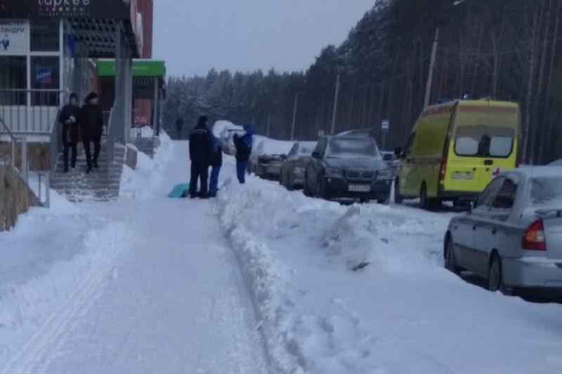 В Берёзовском из окна многоэтажки выпала девочка и разбилась