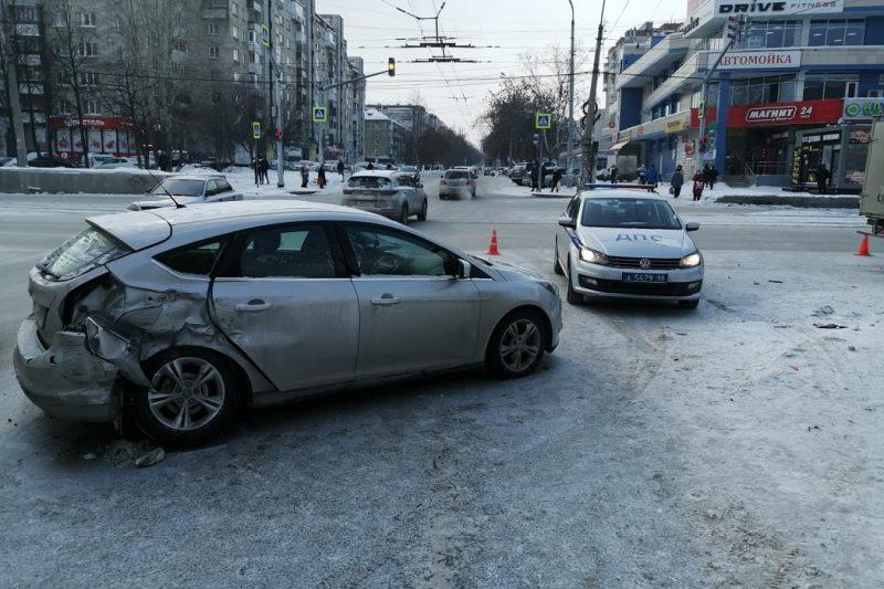 В Екатеринбурге автомашина Форд Фокус столкнулась с Газелью